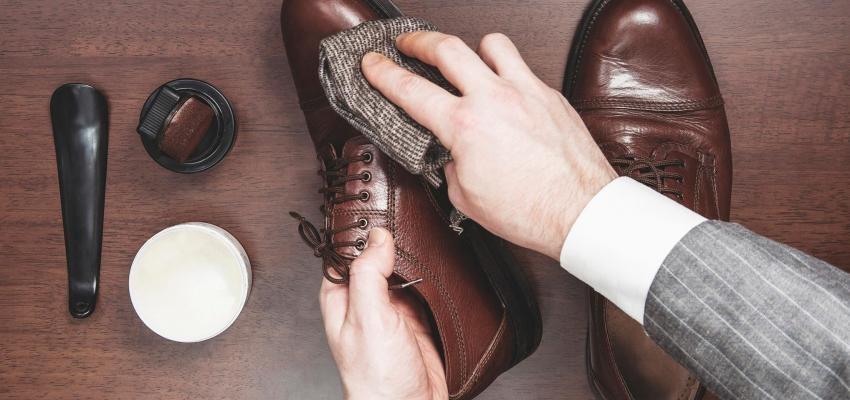Limpar sapatos de camurça com uma toalha molhada