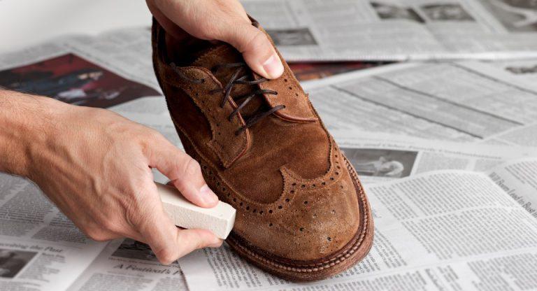 Limpar sapatos de camurça com borracha