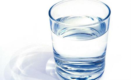 coisas que dificultam emagrecer: não beber água